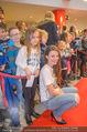 Kinopremiere ´Hilfe, ich hab die Eltern geschrumpft´ - Village Cinemas - Sa 13.01.2018 - Julia HARTMANN gibt Kindern Autogramme, macht Fotos38