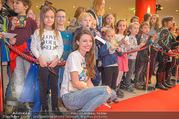Kinopremiere ´Hilfe, ich hab die Eltern geschrumpft´ - Village Cinemas - Sa 13.01.2018 - Julia HARTMANN gibt Kindern Autogramme, macht Fotos39