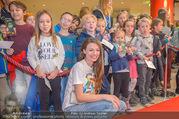 Kinopremiere ´Hilfe, ich hab die Eltern geschrumpft´ - Village Cinemas - Sa 13.01.2018 - Julia HARTMANN gibt Kindern Autogramme, macht Fotos40