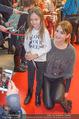 Kinopremiere ´Hilfe, ich hab die Eltern geschrumpft´ - Village Cinemas - Sa 13.01.2018 - Anja KLING gibt Kindern Autogramme41