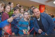 Kinopremiere ´Hilfe, ich hab die Eltern geschrumpft´ - Village Cinemas - Sa 13.01.2018 - Axel STEIN gibt Kindern Autogramme, macht Fotos44