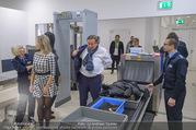 Melanie Griffith Ankunft - Flughafen und Grand Hotel - Di 06.02.2018 - Simona WEISS, Richard LUGNER beim Sicherheitscheck1