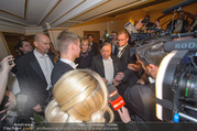 Opernball 2018 - Wiener Staatsoper - Do 08.02.2018 - Richard LUGNER umringt von Medien295