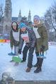 SuperFit Charity Eisstockschießen - Rathausplatz - Mi 21.02.2018 - Michael KONSEL mit S�hnen Valentin und Moritz17