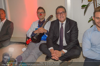 Gesund & Fit Award - Novomatic Forum - Di 15.05.2018 - HC Heinz Christian STRACHE sitzt mit Clown f�r Yoga am Boden97