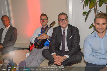 Gesund & Fit Award - Novomatic Forum - Di 15.05.2018 - HC Heinz Christian STRACHE sitzt mit Clown f�r Yoga am Boden98