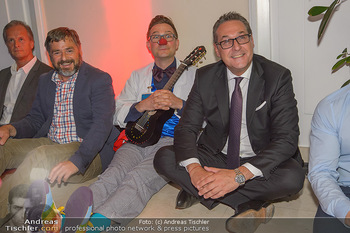 Gesund & Fit Award - Novomatic Forum - Di 15.05.2018 - HC Heinz Christian STRACHE sitzt mit Clown f�r Yoga am Boden99