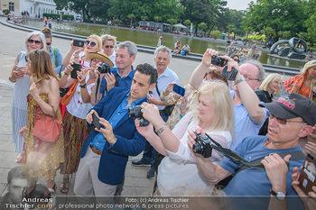 Flashmob Juan Diego Florez - Karlsplatz Wien - Mo 28.05.2018 - Juan Diego FLOREZ fotografiert inmitten anderer Leute27