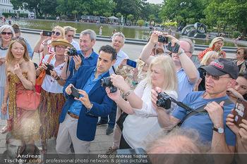 Flashmob Juan Diego Florez - Karlsplatz Wien - Mo 28.05.2018 - Juan Diego FLOREZ fotografiert inmitten anderer Leute28