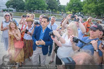 Flashmob Juan Diego Florez - Karlsplatz Wien - Mo 28.05.2018 - Juan Diego FLOREZ fotografiert inmitten anderer Leute29