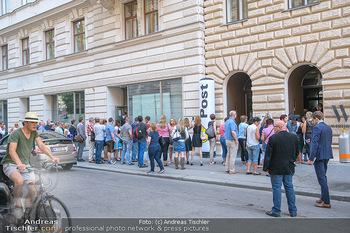 Andreas Gabalier Vergiss Mein nicht CD Präsentation - Palais Wertheim, Wien - Di 29.05.2018 - Warteschlange, Fans vor dem Eingang1