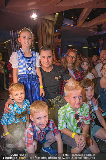 Andreas Gabalier Vergiss Mein nicht CD Präsentation - Palais Wertheim, Wien - Di 29.05.2018 - Andreas GABALIER macht Fotos mit Fans, Kinder, Selfies34
