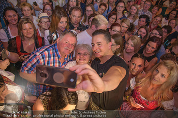 Andreas Gabalier Vergiss Mein nicht CD Präsentation - Palais Wertheim, Wien - Di 29.05.2018 - Andreas GABALIER macht Fotos mit Fans, Kinder, Selfies39