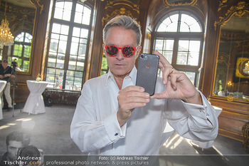 Crystal of hope an Charlize Theron - Kaiserpavillon Schönbrunn - Do 31.05.2018 - Alfons HAIDER mit Handy6