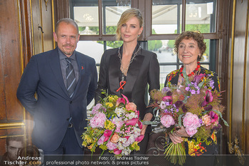 Crystal of hope an Charlize Theron - Kaiserpavillon Schönbrunn - Do 31.05.2018 - Charlize THERON, Gery KESZLER, Helene VAN DAMM74