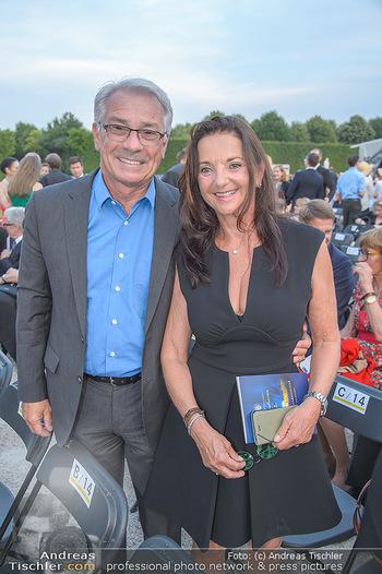 Sommernachtskonzert 2018 - Schloss Schönbrunn - Do 31.05.2018 - Georg P�LZL mit Ehefrau Evelyn16