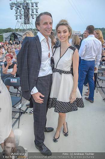 Sommernachtskonzert 2018 - Schloss Schönbrunn - Do 31.05.2018 - Christian RAINER mit Freundin Sonja Magdalena MIELCZAREK17