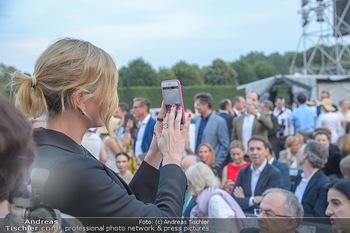 Sommernachtskonzert 2018 - Schloss Schönbrunn - Do 31.05.2018 - Charlize THERON fotografiert mit Handy32