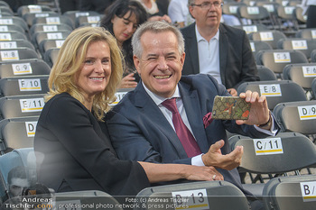 Sommernachtskonzert 2018 - Schloss Schönbrunn - Do 31.05.2018 - Sigi WOLF mit Ehefrau Andrea51
