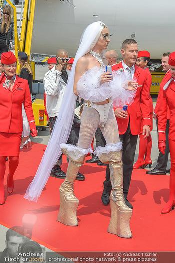 Lifeball Flieger Ankunft - Flughafen Wien Schwechat - Fr 01.06.2018 - Lifeball G�ste in Kost�men, High-Heels30