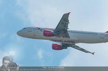 Lifeball Flieger Ankunft - Flughafen Wien Schwechat - Fr 01.06.2018 - Flugzeug beim Fliegen, in der Luft37