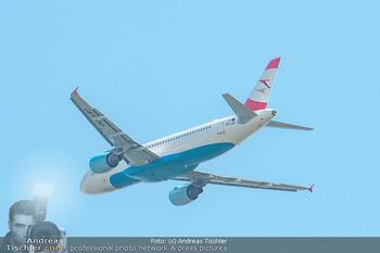 Lifeball Flieger Ankunft - Flughafen Wien Schwechat - Fr 01.06.2018 - Flugzeug beim Fliegen, in der Luft38