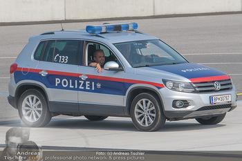 Lifeball Flieger Ankunft - Flughafen Wien Schwechat - Fr 01.06.2018 - Polizeiauto39