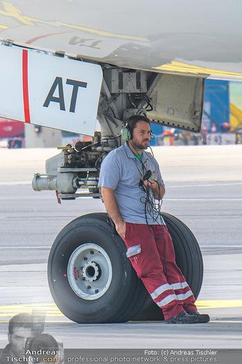Lifeball Flieger Ankunft - Flughafen Wien Schwechat - Fr 01.06.2018 - Flughafen Mitarbeiter, Mechaniker unterm Flugzeug bei Reifen43