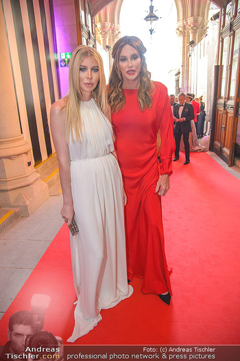 LifeBall 2018 - Red Carpet - Rathaus - Sa 02.06.2018 - Caitlyn JENNER, Sophie HUTCHINS5