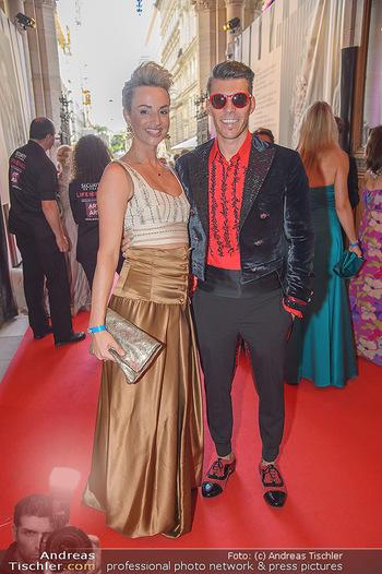 LifeBall 2018 - Red Carpet - Rathaus - Sa 02.06.2018 - Florian GSCHWANDTNER mit Freudin Magdalena HENKEL11