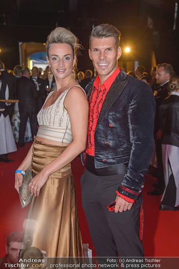 LifeBall 2018 - Red Carpet - Rathaus - Sa 02.06.2018 - Florian GSCHWANDTNER mit Freudin Magdalena HENKEL12