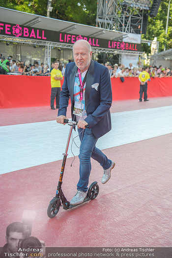 LifeBall 2018 - Red Carpet - Rathaus - Sa 02.06.2018 - Roberto LHOTKA am Scooter27
