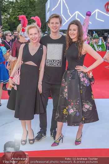 LifeBall 2018 - Red Carpet - Rathaus - Sa 02.06.2018 - Sunnyi MELLES mit Sohn Constantin SAYN-WITTGENSTEIN, Tochter Leo64
