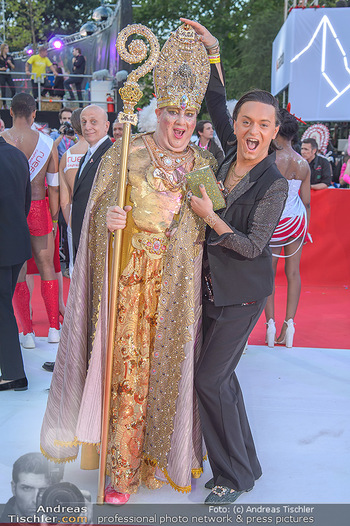 LifeBall 2018 - Red Carpet - Rathaus - Sa 02.06.2018 - Julian F.M. ST�CKEL mit Gast79