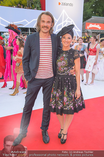 LifeBall 2018 - Red Carpet - Rathaus - Sa 02.06.2018 - Thomas KAMENAR, Sandra K�NIG98