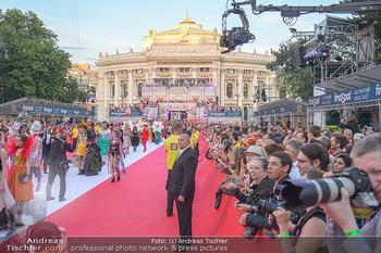 LifeBall 2018 - Red Carpet - Rathaus - Sa 02.06.2018 - Red Carpet Blick Richtung Burgtheater mit Zuschauern121
