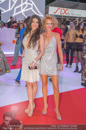 LifeBall 2018 - Red Carpet - Rathaus - Sa 02.06.2018 - Leona K�NIG, Julia TRAPPE157