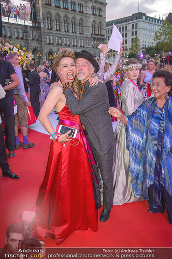 LifeBall 2018 - Red Carpet - Rathaus - Sa 02.06.2018 - Amra BERGMANN, Arik BRAUER167