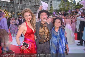 LifeBall 2018 - Red Carpet - Rathaus - Sa 02.06.2018 - Amra BERGMANN, Arik BRAUER mit Ehefrau Naomi169