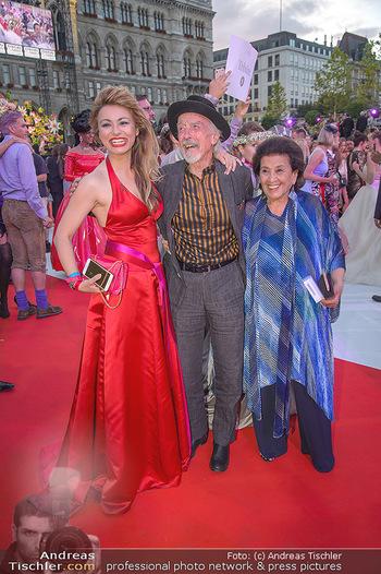 LifeBall 2018 - Red Carpet - Rathaus - Sa 02.06.2018 - Amra BERGMANN, Arik BRAUER mit Ehefrau Naomi170