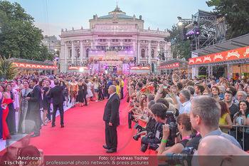 LifeBall 2018 - Red Carpet - Rathaus - Sa 02.06.2018 - Red Carpet Blick Richtung Burgtheater mit Zuschauern172