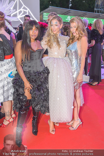 LifeBall 2018 - Red Carpet - Rathaus - Sa 02.06.2018 - Rose ALABA, Vera B�HNISCH, Zoe STRAUB179