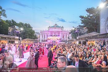 LifeBall 2018 - Red Carpet - Rathaus - Sa 02.06.2018 - Red Carpet Blick Richtung Burgtheater mit Zuschauern180