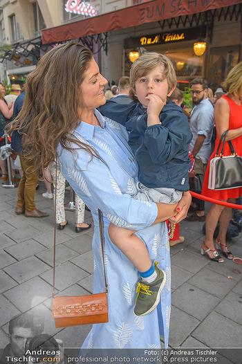 400 Jahre Schwarzes Kameel mit Campari - Zum schwarzen Kameel - Mi 06.06.2018 - Anna HUBER mit Sohn Frederick (Cookie)116