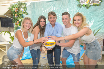 Beachvolleyball Casting - Tel Aviv Beach Club - Mi 04.07.2018 - Hannes JAGERHOFER mit (vlnr) Alina, Julia, Marcel und Magdalena8