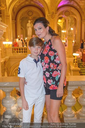 Fashion CheckIn - Wiener Staatsoper - So 08.07.2018 - Barbara HELFGOTT mit Sohn Raphael11