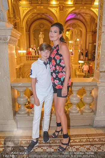 Fashion CheckIn - Wiener Staatsoper - So 08.07.2018 - Barbara HELFGOTT mit Sohn Raphael12