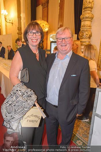 Fashion CheckIn - Wiener Staatsoper - So 08.07.2018 - Karl WESSELY mit Ehefrau28