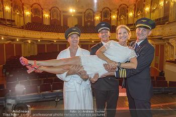 Premiere Boeing Boeing - Stadttheater Berndorf - Do 02.08.2018 - Kristina SPRENGER mit Piloten Cleemns MATZKA, Julian LOIDL, Chri1