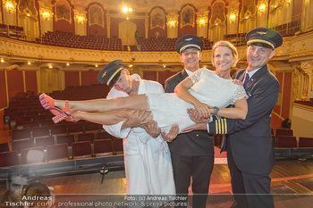 Premiere Boeing Boeing - Stadttheater Berndorf - Do 02.08.2018 - Kristina SPRENGER mit Piloten Cleemns MATZKA, Julian LOIDL, Chri4